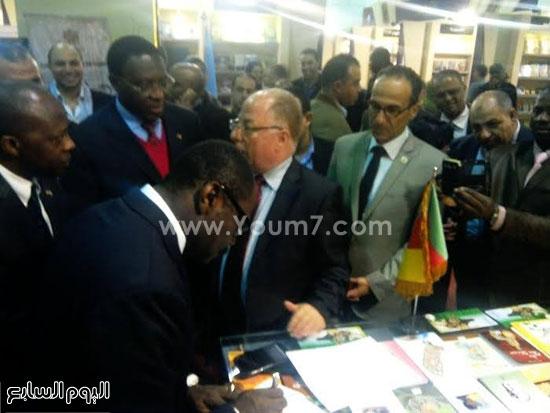 وزير ثقافة الكاميرون يتفقد معرض القاهرة للكتاب (1)