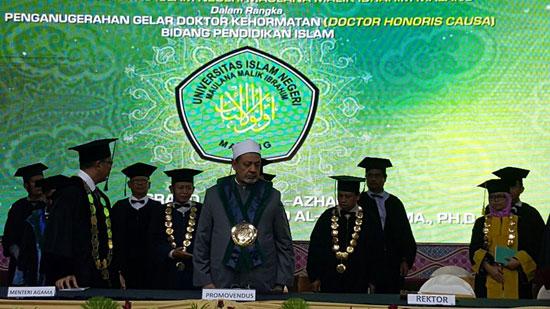 الإمام الاكبر بعد منحه الدكتوراه بإندونيسيا (1)