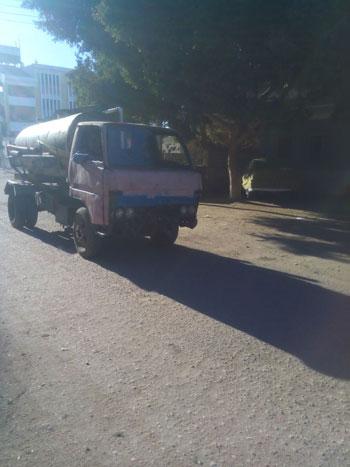 سيارة  كسح تفرغ مخلفات الصرف الصحى بإحدى ترع أسيوط (3)