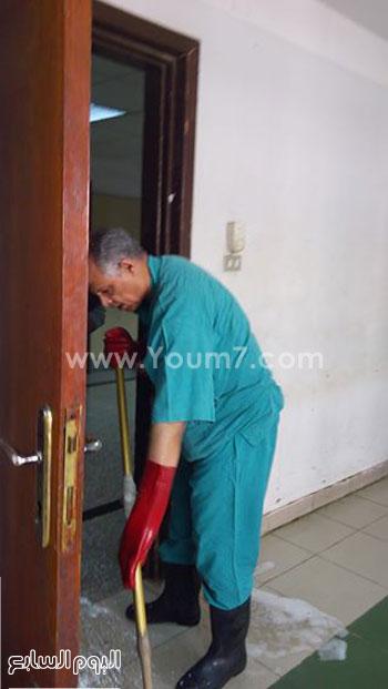 الدكتور محمد عبد القادر يرتدى ملابس عمال النظافة  (1)