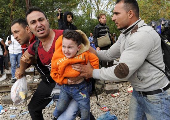 اللاجئون-يضربون-البوابات-بالمواسير-الكبيرة-والحجارة-(1)