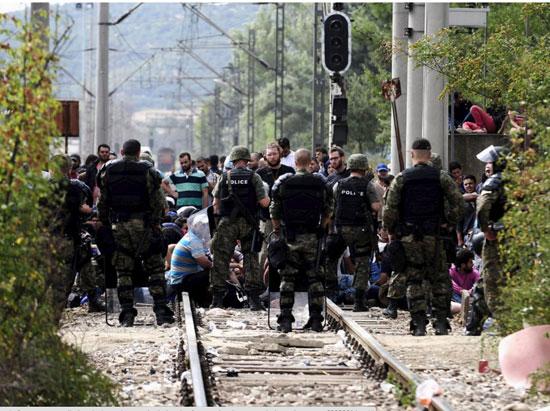 اللاجئون-يضربون-البوابات-بالمواسير-الكبيرة-والحجارة-(2)