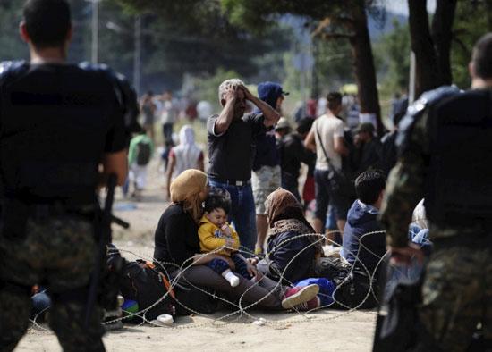 اللاجئون-يضربون-البوابات-بالمواسير-الكبيرة-والحجارة-(3)
