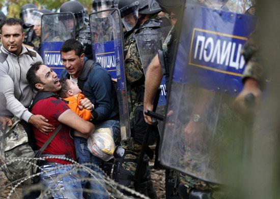 اللاجئون-يضربون-البوابات-بالمواسير-الكبيرة-والحجارة-(4)
