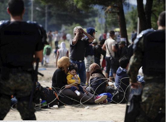 اللاجئون-يضربون-البوابات-بالمواسير-الكبيرة-والحجارة-(5)