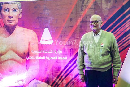 عم إسماعيل أقدم زائر لمعرض الكتاب (4)