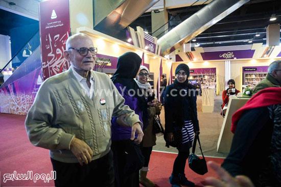 عم إسماعيل أقدم زائر لمعرض الكتاب (6)