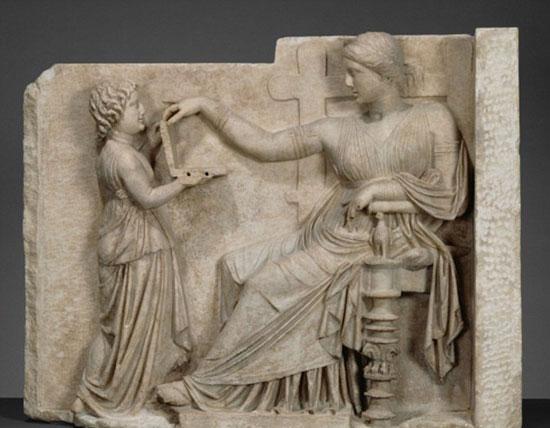 جدارية يونانية من 2100 سنة لخادمة تحمل لاب توب (2)