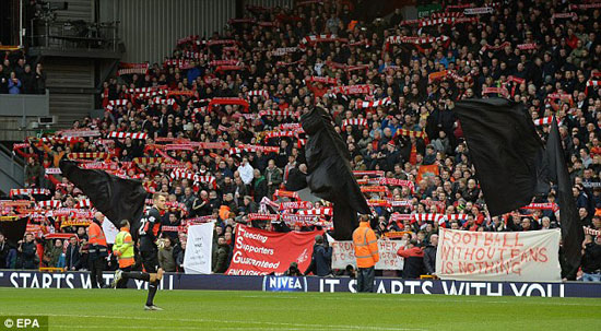 30F0551300000578-0-Liverpool_supporters_held_black_flags_aloft_in_the_Kop_to_protes-a-20_1454782217243