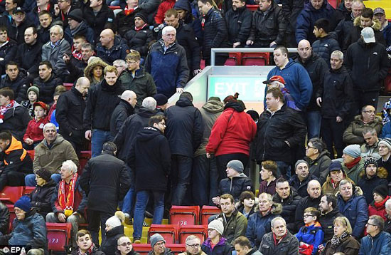30F2165500000578-3436290-Liverpool_fans_leave_their_seats_and_head_for_the_exit_in_protes-a-1_1454883310939