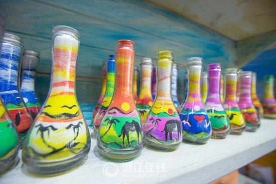 3201610161343901شاب-تونسى-يصنع-زجاجات-الرمل-الملون-(1).jpg