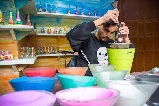 3201610161343902شاب-تونسى-يصنع-زجاجات-الرمل-الملون-(2).jpg