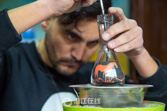 3201610161343903شاب-تونسى-يصنع-زجاجات-الرمل-الملون-(3).jpg