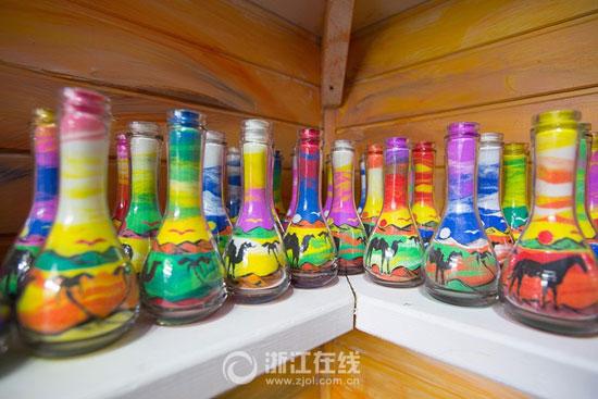 3201610161343903شاب-تونسى-يصنع-زجاجات-الرمل-الملون-(4).jpg