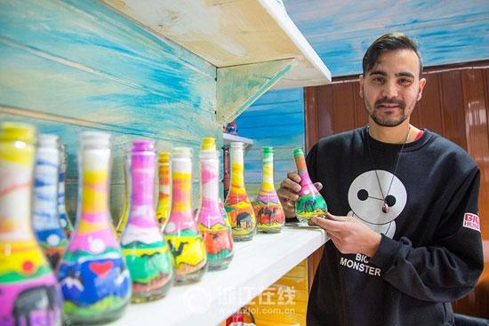 3201610161343904شاب-تونسى-يصنع-زجاجات-الرمل-الملون-(5).jpg