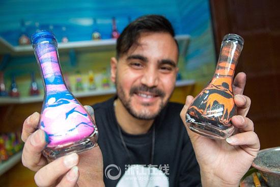 3201610161343905شاب-تونسى-يصنع-زجاجات-الرمل-الملون-(6).jpg