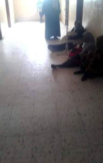 مرضى يتلقون العلاج بطرقات مستشفى ديروط (8)