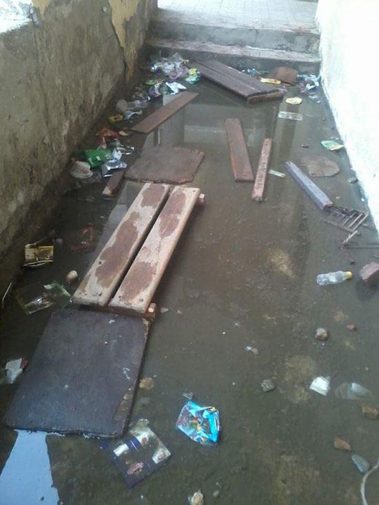 مياه الصرف الصحى تحاصر الطلاب (1)
