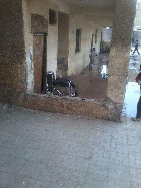 مياه الصرف الصحى تحاصر الطلاب (2)