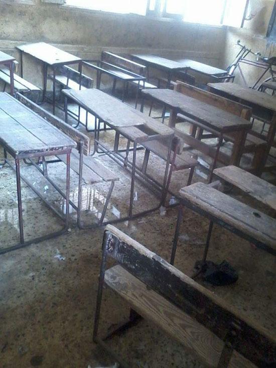 مياه الصرف الصحى تحاصر الطلاب (3)