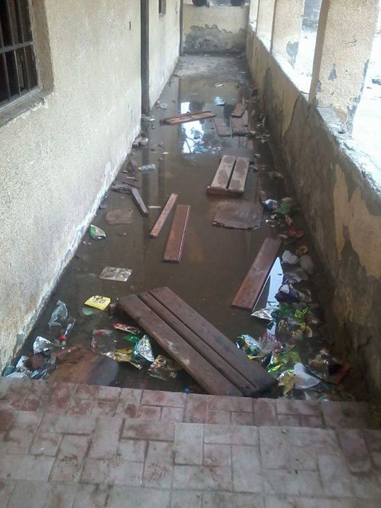 مياه الصرف الصحى تحاصر الطلاب (6)
