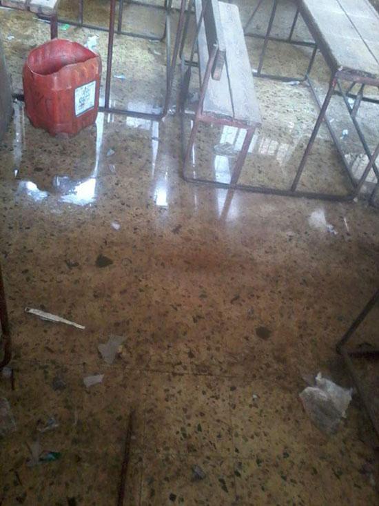 مياه الصرف الصحى تحاصر الطلاب (7)