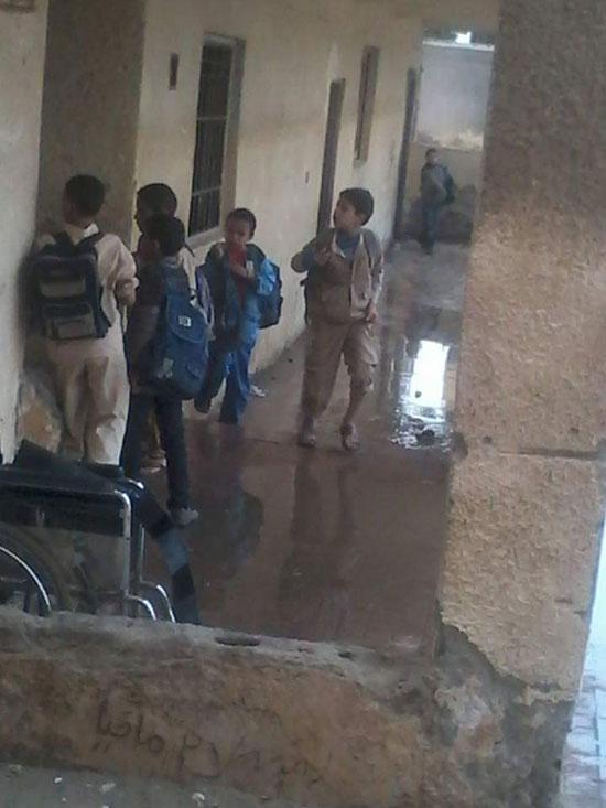 مياه الصرف الصحى تحاصر الطلاب (8)