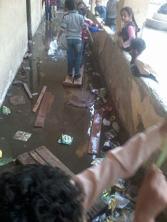 مياه الصرف الصحى تحاصر الطلاب (9)