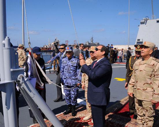 حضور السيسى مناورةذات الصوارىورفع العلم على الفرقاطة تحيا مصر (1)