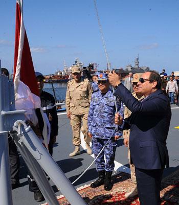 حضور السيسى مناورةذات الصوارىورفع العلم على الفرقاطة تحيا مصر (2)