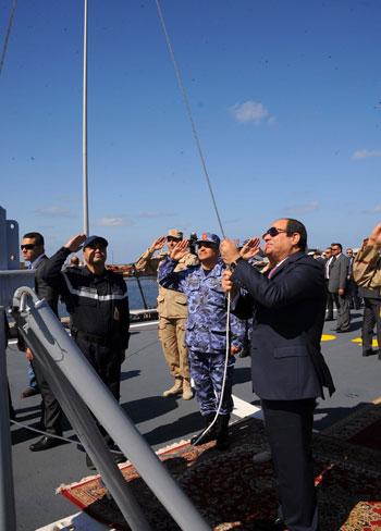 حضور السيسى مناورةذات الصوارىورفع العلم على الفرقاطة تحيا مصر (3)