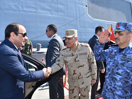 حضور السيسى مناورةذات الصوارىورفع العلم على الفرقاطة تحيا مصر (5)