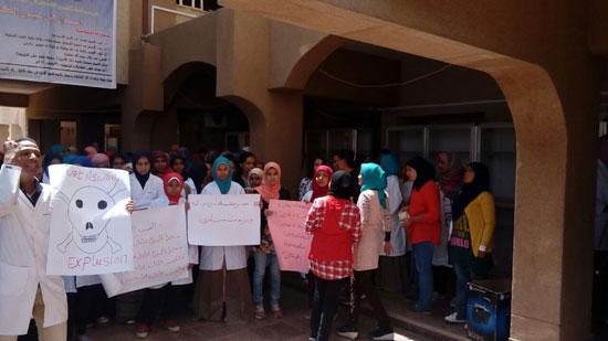 وقفة صامتة لطلاب الطب البيطرى فى أسوان (1)