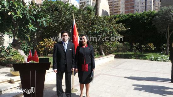 قنصل تركيا بالإسكندرية يضع إكليل زهور على قبر الشهداء بسيدى بشر (1)
