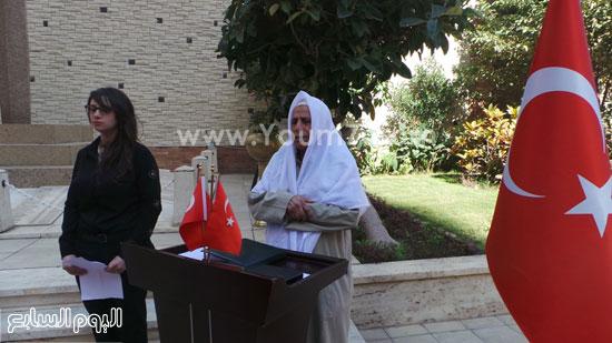 قنصل تركيا بالإسكندرية يضع إكليل زهور على قبر الشهداء بسيدى بشر (7)