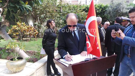 قنصل تركيا بالإسكندرية يضع إكليل زهور على قبر الشهداء بسيدى بشر (8)