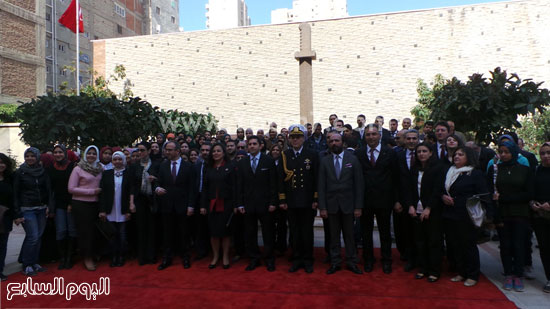 قنصل تركيا بالإسكندرية يضع إكليل زهور على قبر الشهداء بسيدى بشر (10)