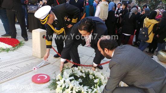 قنصل تركيا بالإسكندرية يضع إكليل زهور على قبر الشهداء بسيدى بشر (11)