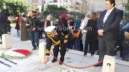 قنصل تركيا بالإسكندرية يضع إكليل زهور على قبر الشهداء بسيدى بشر (12)