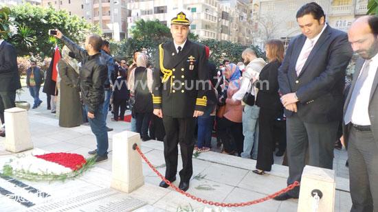 قنصل تركيا بالإسكندرية يضع إكليل زهور على قبر الشهداء بسيدى بشر (13)