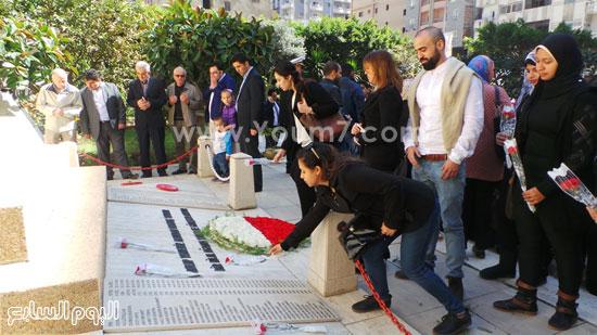 قنصل تركيا بالإسكندرية يضع إكليل زهور على قبر الشهداء بسيدى بشر (14)