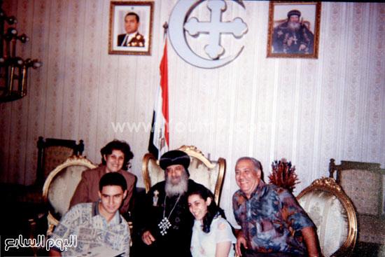 البابا شنودة مع عائلته (8)