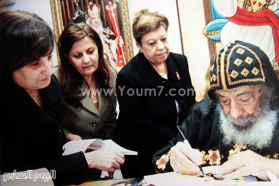 البابا شنودة مع عائلته (16)