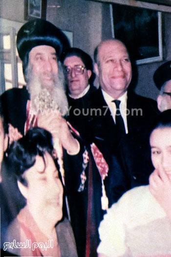 البابا شنودة مع عائلته (24)