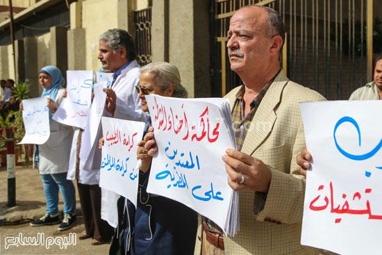 وقفة الاطباءمحاكمة امناء الشرطة المنيرة العام  الاعتداء على مستشفي المطرية (2)