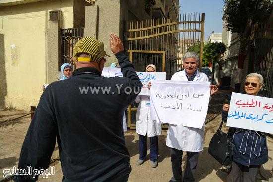 وقفة الاطباءمحاكمة امناء الشرطة المنيرة العام  الاعتداء على مستشفي المطرية (6)