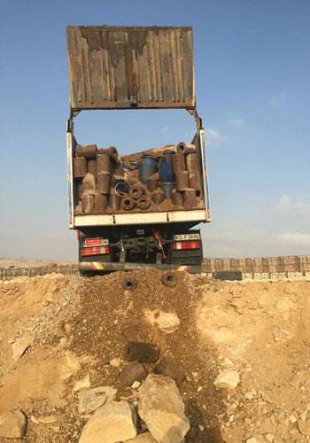 المتحدث العسكرى الجيش الثالث يضبط سيارة نقل بها 22 برميل مواد متفجرة (3)