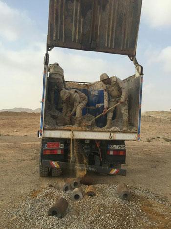 المتحدث العسكرى الجيش الثالث يضبط سيارة نقل بها 22 برميل مواد متفجرة (9)
