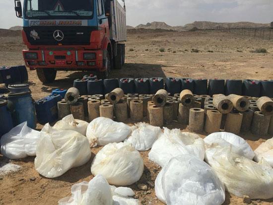 المتحدث العسكرى الجيش الثالث يضبط سيارة نقل بها 22 برميل مواد متفجرة (10)