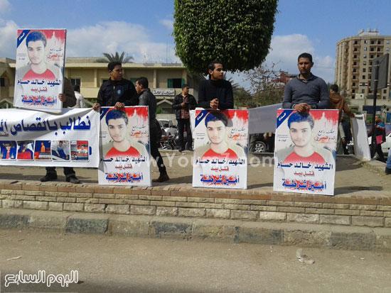 وقفة اهالى الشاب الذى قتلة رقيب الشرطة امام محكمة كفر الشيخ (1)